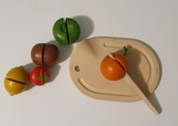 Frutas de madera para cortar - foto