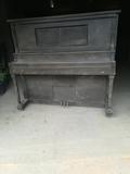 piano de pared antiguo - foto