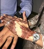 Tatuajes de henna y velas decoradas - foto