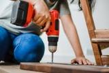 Instalador de complementos del hogar. - foto