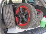 Neumáticos en perfecto estado y llantas - foto