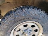 Se vende 4 neumáticos con sus llantas - foto