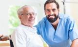 Cuidador de anciano (hombre) - foto