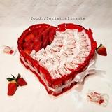 Corazón hecho de dulces y fresas - foto