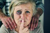 Cuidado de personas mayores. - foto