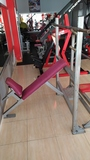 Varias máquinas de gimnasio - foto