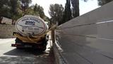 Llenado de piscinas en camion cisterna - foto
