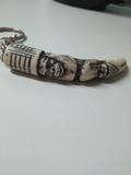 Llavero en forma de colmillo tallado - foto