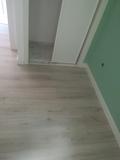 se monta tarima flotante suelo de madera - foto