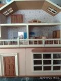 Casa de muñecas de madera de tres pisos - foto