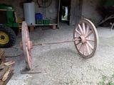Se cambian ruedas antiguas - foto