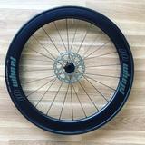 Se montan ruedas de ciclismo a la carta. - foto