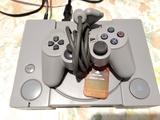 PlayStation 1 con mando - foto
