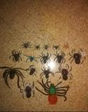 arañas de juguete y telaraña luminosa - foto