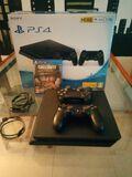 PlayStation4 con dos mandos y un juego. - foto