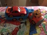 camión con cabina, remolque y su coche. - foto