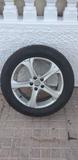 Se vende neumáticos con llantas. - foto