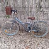 Bicicleta con cesta - foto