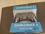 mando PS4 nuevo en su caja color negro - foto