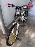 Bicicleta de decenso - foto