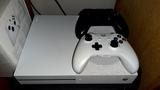 Xbox One s con dos mandos y juego forza6 - foto