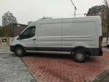transportista con furgoneta - foto