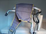 Grúa eléctrica con arnés discapacitados. - foto