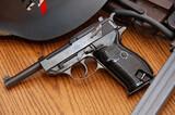 Arma en libro de coleccionista y en uso - foto