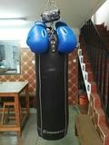 saco de boxeo con guantes y vendas - foto